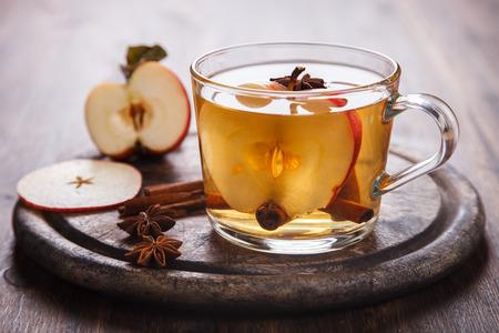 Cider met specerijen, kaneelstokjes en verse appels. Hete drank voor de herfst en winter kerst 's avonds