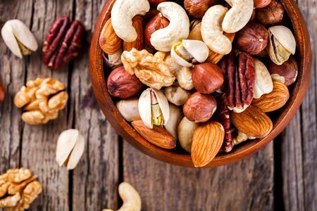 Nüsse in einer Holzplatte gemischt Standard-Bild