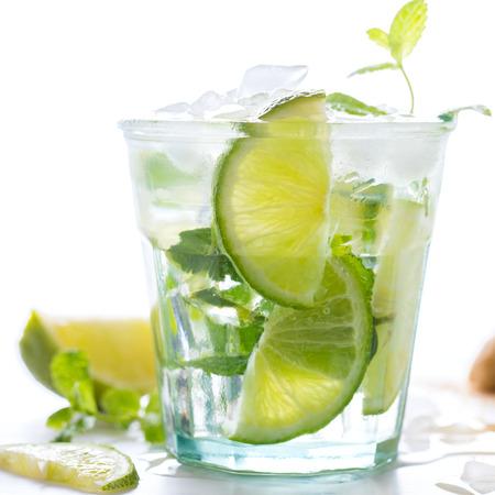 Mojito Cocktail.Mint, Kalk, Eis, Rohrzucker Zutaten für die Herstellung auf einem weißen background.Cold Drink.Top View.Copy Raum für Text.selective Fokus.