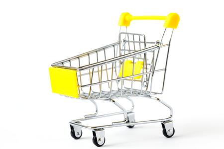 La cesta de la carretilla del carro de la compra está vacía aislada en el fondo blanco. Descuento de venta festiva de concepción. Comercio minorista de supermercados. Copiar espacio.