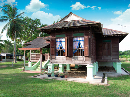 traditioneel Maleis houten huis in het dorp Redactioneel