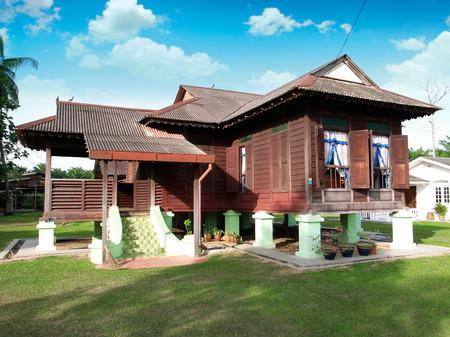村の伝統的なマレーの木造住宅