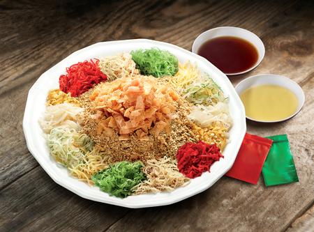 Yee Sang, un piatto cinese di celebrazione del nuovo anno cinese Archivio Fotografico - 74372223