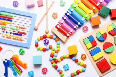 Giocattoli colorati per bambini su sfondo bianco. Vista dall'alto, piatto. Archivio Fotografico