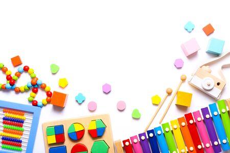 Bunte Kinderspielzeuge auf weißem Hintergrund. Ansicht von oben, flach. Standard-Bild