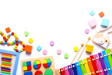 Kolorowe zabawki dla dzieci na białym tle. Widok z góry, układ płaski. Zdjęcie Seryjne