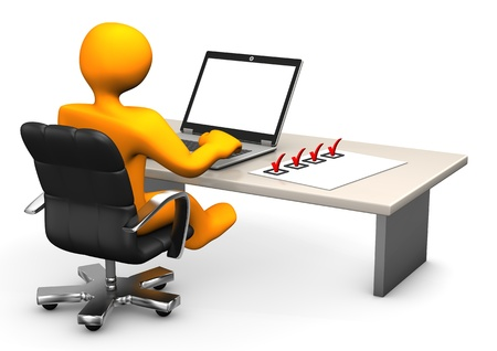 computadora caricatura: Personaje de dibujos animados de naranja con la computadora port�til y lista de verificaci�n sobre la mesa