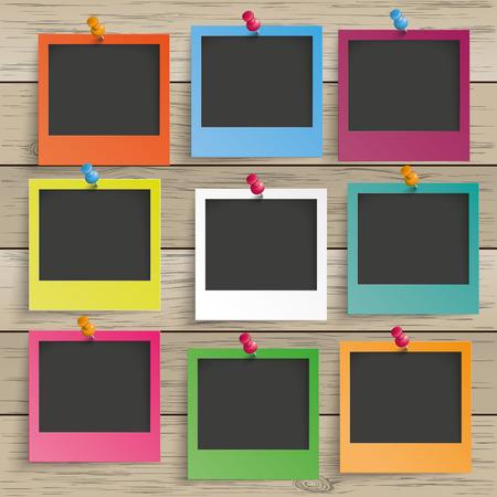 9 gekleurde fotolijsten op de houten achtergrond. Eps 10 vector bestand.