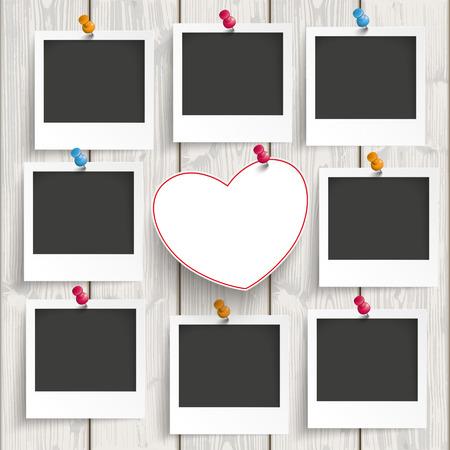 Instant fotolijsten met hart op de houten achtergrond.