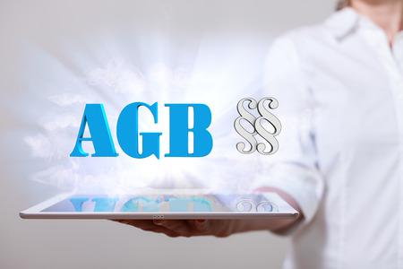 タブレット pc とドイツ語のテキスト、AGB の女性は、一般規約を翻訳します。