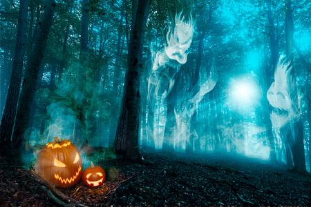 Spookachtig bos met bosgeesten, maneschijn en jack o'lanterns.