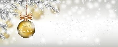 Adorno navideño dorado con lazo de cinta dorada cuelga de un árbol de Navidad cubierto de nieve. Archivo de vector EPS 10.