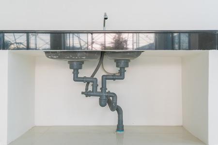 Waterleiding onder de gootsteen