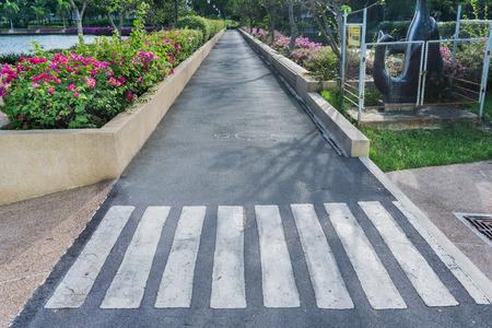 senda peatonal: Crosswalk en el pavimento en el parque