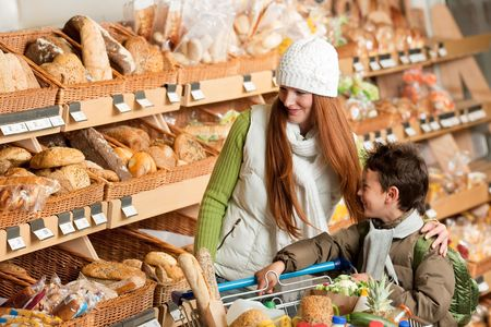bread shop: Shopping serie - Happy donna con bambino in un supermercato Archivio Fotografico