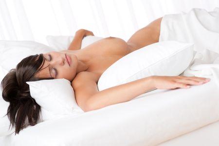 Naked braunes Haar Frau schlafend im weißen Bett, konzentrieren sich auf die Augen, shallow DOF Lizenzfreie Bilder - 5383806