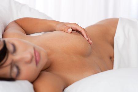 Junge Frau nackt im weißen Bett, konzentrieren sich auf Brustwarze, shallow DOF Lizenzfreie Bilder - 5383799