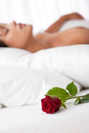Frau lag in weißen Bett, konzentrieren sich auf Rose, shallow DOF Lizenzfreie Bilder - 5383832