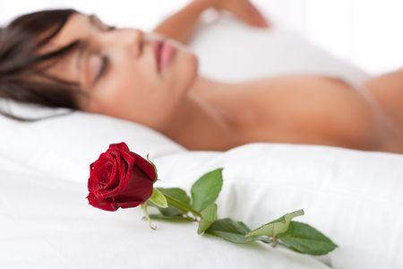 Frau lag in wei�en Bett, konzentrieren sich auf Rose, shallow DOF Stockfoto - 5383807