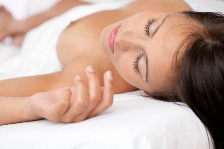 Schöne nackte Frau schlafend im weißen Bett, shallow DOF Lizenzfreie Bilder - 5417534