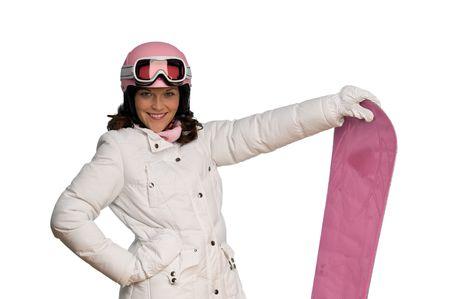 Mujer joven con el casco de color rosa y snowboard en el fondo blanco