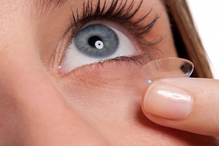 lentes de contacto: Close-up del ojo de la mujer azul con lentes de contacto, aplicar, lente macro