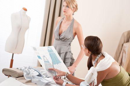 moda ropa: Modelo de moda vestido de conexi�n en el estudio de dise�o profesional