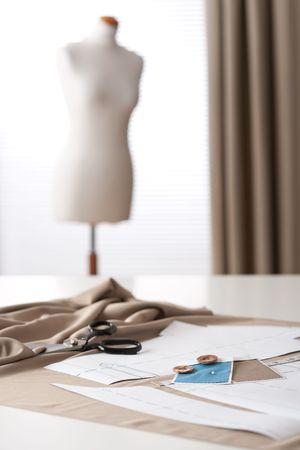 Estudio de la diseñadora de moda con equipos profesionales, bocetos, maniquí, tela Foto de archivo - 6016408