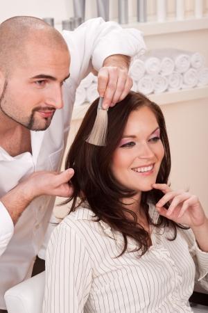 tinte de cabello: Profesional de la peluquer�a masculina elija color de tinte de cabello en sal�n moderno, color de pelo de cambio de cliente femenina