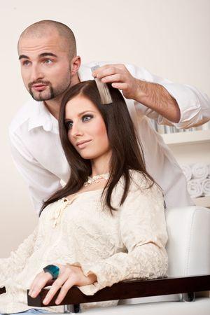 profesiones: Profesional de la peluquer�a masculina elija color de tinte de cabello en sal�n moderno, color de pelo de cambio de cliente femenina