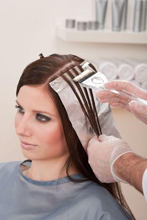 tinte cabello: Profesionales de la peluquer�a masculina de cliente de color femenina en Sal�n de dise�o, creaci�n de iluminaciones