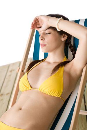 yellow bikini: Beach - beautiful woman rilassarsi, prendere il sole in bikini giallo su sdraio