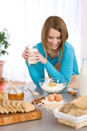 Bäckerei - Smiling Woman mit gesunden Zutaten vorzubereiten organische Teig  Lizenzfreie Bilder - 6839773
