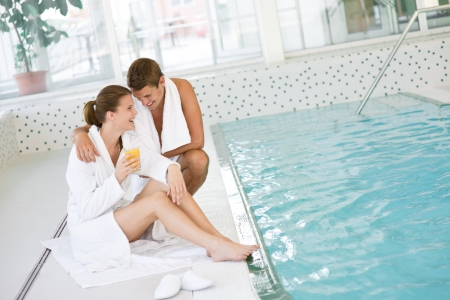 bathrobes: Piscina - joven pareja feliz relajarse en la piscina