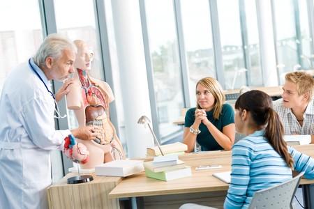 estudiantes medicina: Universidad - estudiantes de medicina con el profesor y modelo de anatom�a humana en aula
