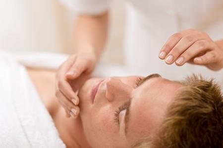 tratamiento facial: Belleza masculina - hombre recibir masaje facial en spa de lujo  Foto de archivo