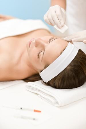tratamientos corporales: Mujer en tratamiento de medicina cosm�tica obtener inyecci�n de botox, retrato de primer plano