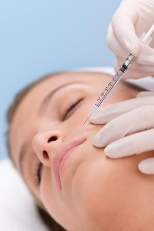 Mujer en tratamiento de medicina cosm�tica obtener inyecci�n de botox, retrato de primer plano  Foto de archivo - 7938943