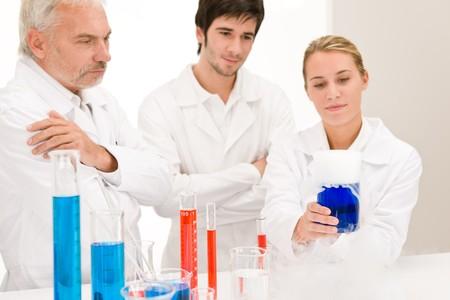 flu virus: Experimento de qu�mica - los cient�ficos en el laboratorio de pruebas de la vacuna de virus de la gripe