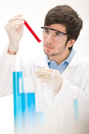 flu virus: Experimento de virus de la gripe - cient�fico en laboratorio, gafas protectoras de desgaste
