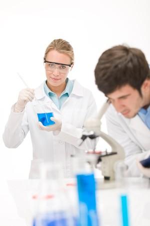 flu virus: Experimento de virus de la gripe - cient�fico en laboratorio con microscopio, gafas protectoras de desgaste  Foto de archivo