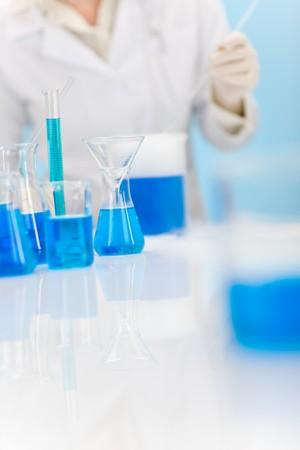 flu virus: Laboratorio de qu�mica en la vacunaci�n contra la gripe virus, cient�fico en segundo plano  Foto de archivo