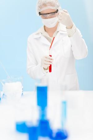 flu virus: Investigaci�n de vacunaci�n de virus de la gripe - cient�fico de la mujer en el laboratorio de pruebas, sosteniendo el tubo de ensayo