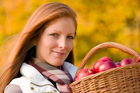País de otoño - mujer con canasta de mimbre cosecha de manzana  Foto de archivo - 8109301