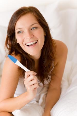 test de grossesse: Test de grossesse - femme surpris heureux, r�sultat positif