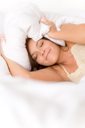 levantandose: Dormitorio - mujer perezoso levantarse bloqueo orejas en la cama blanca