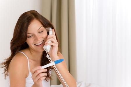 test de grossesse: Test de grossesse - femme heureuse sur t�l�phone, r�sultat positif