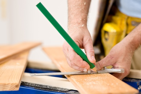 renovation de maison: R�novation - gros plan de plancher de bois de la mesure bricoleur Banque d'images