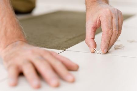 Keramik: Hauptverbesserung, -close-up-Handyman platzieren Tile spacer