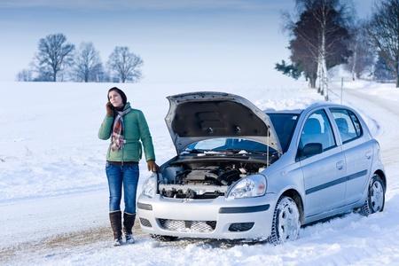 in trouble: Desglose de coche de invierno - mujer llamada de ayuda, asistencia carretera